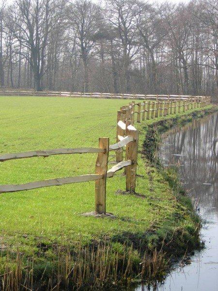 houten omheining langs water