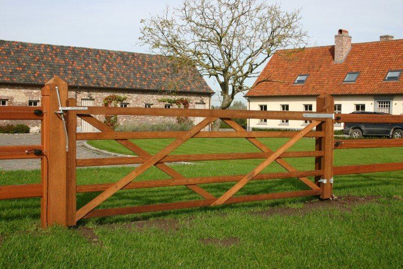 houten poort met kruisbevestiging